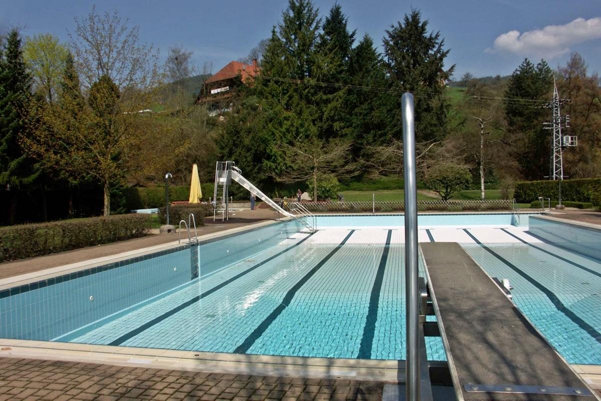 Leeres Becken des Schwimmbades im Jahr 2006