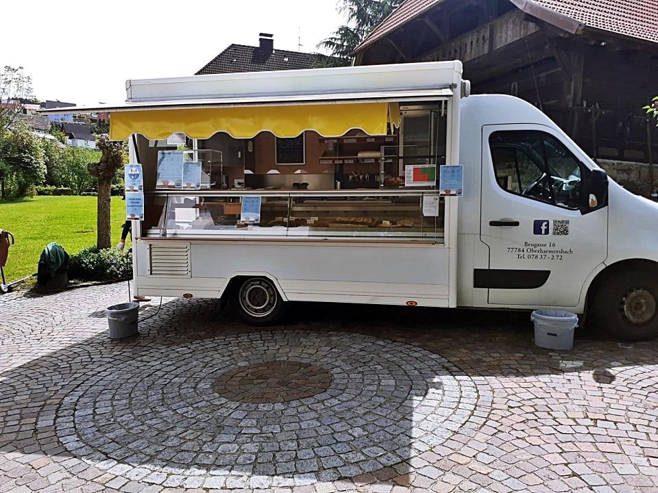 Kuchenverkauf auf dem Rathausplatz in Oberharmersbach